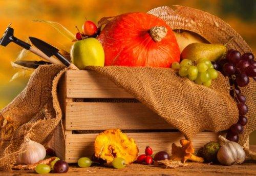 овощи и фрукты в ящике