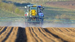 обработка гербицидами при помощи трактора