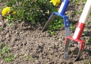 плоскорезом легко удаляется молодая растительность