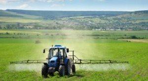 сельхозтехника работает в поле